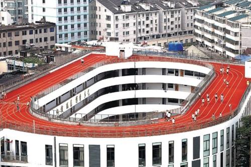 Pista di atletica sul  tetto: quando la limitazione si incontra/scontra con l'immaginazione