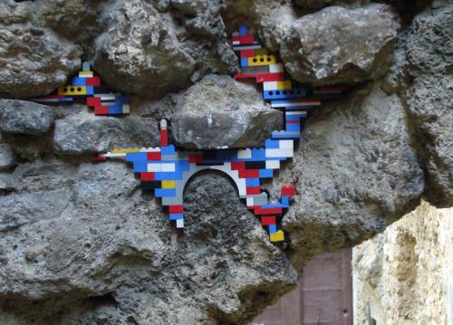 Strutture fatiscenti abbellite dai Lego: l'idea geniale di Jan Bormann